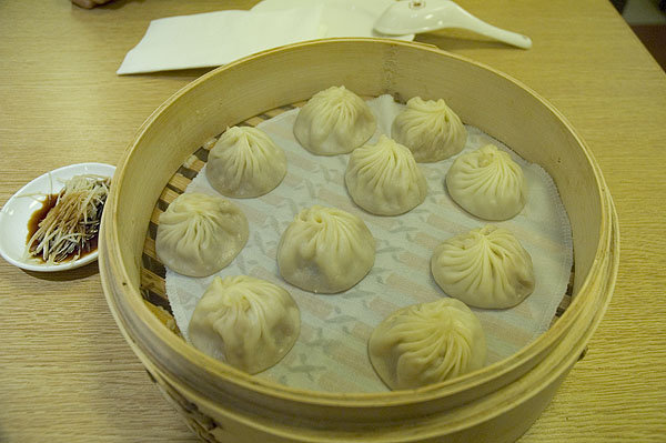 台灣必吃美食的鼎泰豐一開始是以小籠包打響名號。小籠包 (NT180) 湯鮮味美,滋味純厚,