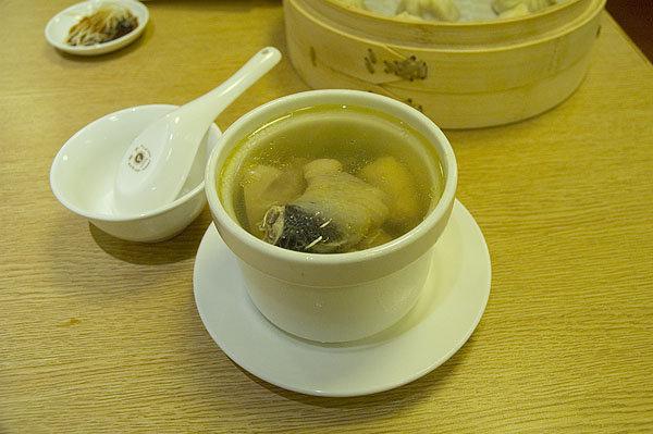 鼎泰豐的原盅雞湯也是大推薦,必點。一句話,真得很鮮!