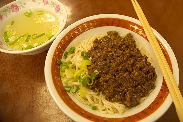 永康牛肉麵館的炸醬麵也不錯吃,料給得絕對大方!