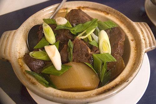牛肉燉蘿蔔,和秀蘭小館其他菜色的調味一樣清淡,可惜切這麼厚的牛肉塊裡面還是無法有肉汁