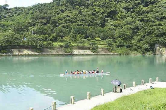 碧潭是台北人水上活動的重心,除了釣魚戲水,每年的龍舟比賽也都是在碧潭舉行,有時還能看到輕艇競速或者模型船試航!
